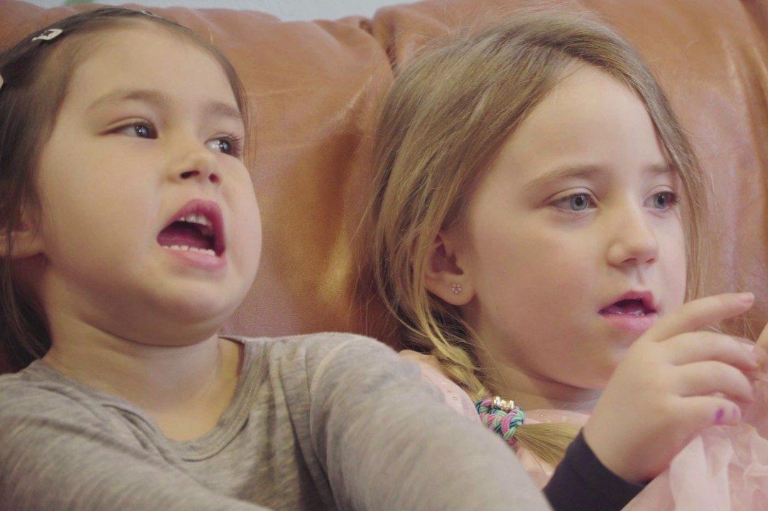 to jenter sitter i en sofa