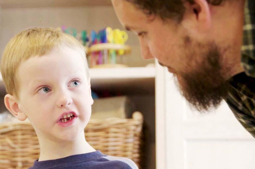 Martin snakker med en gutt