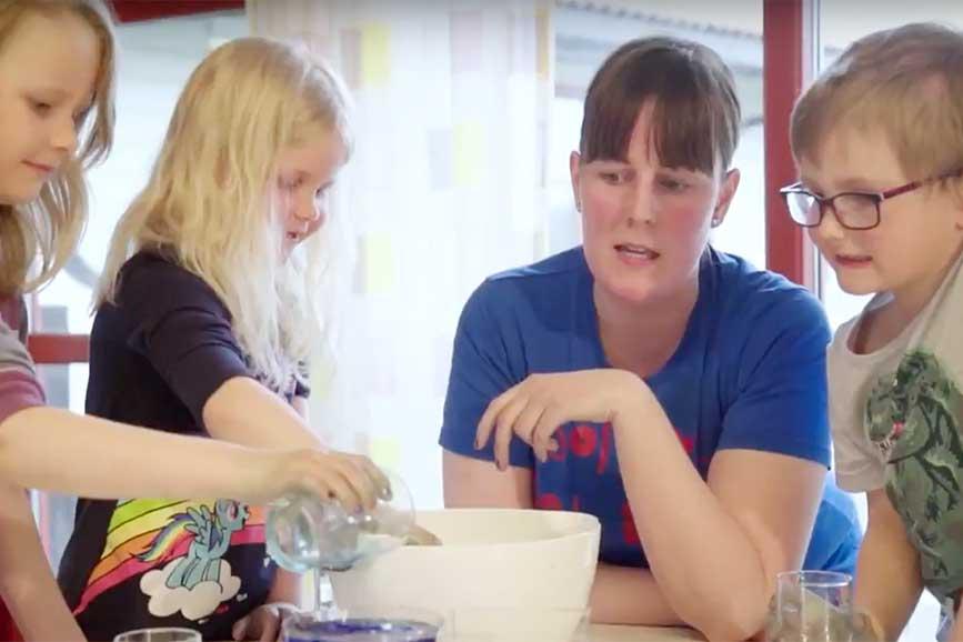 barn og barnehagelærer rundt et bord